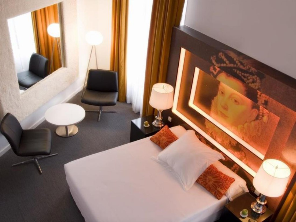 Room Mate Laura in Madrid