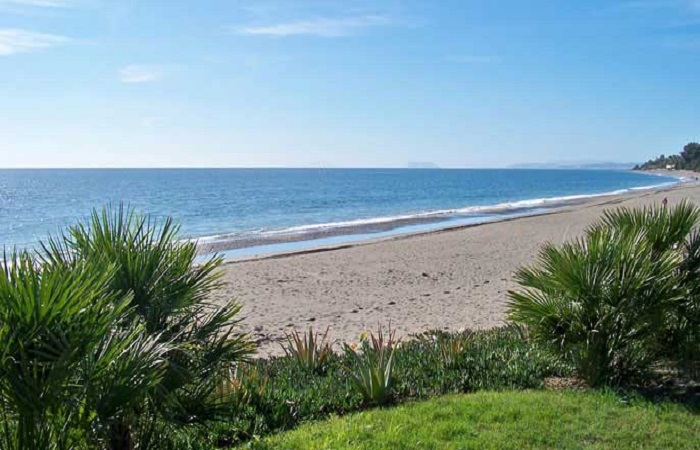 "Playa <em>El Velerin</em> in Estepona"" width=""700″ height=""450″ class=""alignnone size-full wp-image-8280″ /><br /> Named after the river flowing to the sea where the beach is located. Here is Chiringuito Torre del Velerin near the old guard tower of the same name.<br /> <bh><br /> <bh></p> <h3>Atalaya beach in Estepona</h3> <p><a href="